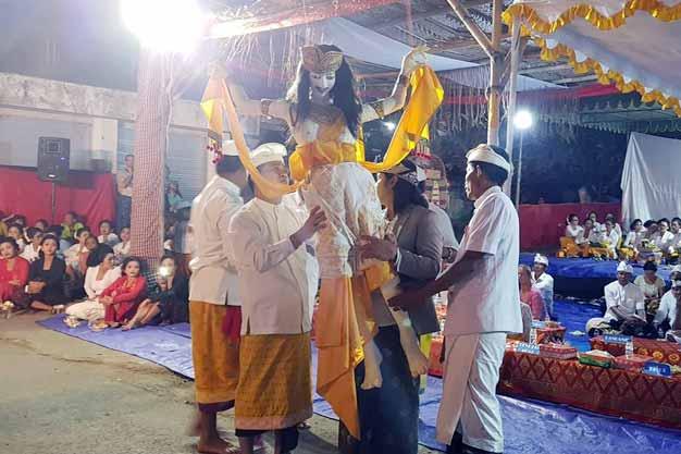 """Bupati Klungkung Nyoman Suwirta Menghadiri Ritual """"Aci Sang Hyang Grodog"""" di Nusa Lembongan"""